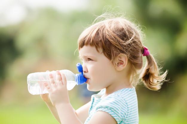 Czy w upały dopajać niemowlęta wodą?